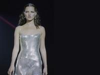 Versace: Ποιο είναι άραγε το τέλειο party dress των Χριστουγέννων;