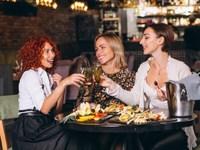 Οι άνθρωποι τρώνε περισσότερο όταν δειπνούν με φίλους ή με την οικογένειά τους
