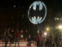 O Batman έγινε 80 ετών κι εμφανίστηκε σε Βαρκελώνη, Νέα Υόρκη, Παρισι, Λονδίνο και αλλού