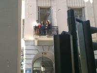 """Πάτρα: Από το μπαλκόνι της Πολυφωνικής """"έβρεχε"""" σοκολάτες προς τους καρναβαλιστές"""