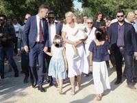Κώστας Μπακογιάννης: Ορκίστηκε έχοντας στο πλευρό του τη Σία Κοσιώνη και τα παιδιά του