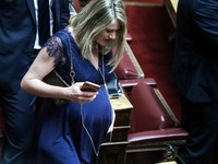 Η έγκυος Άννα Ευθυμίου τράβηξε όλα τα βλέμματα στη Βουλή!