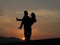 Ποια ζώδια μπορεί να κάνουν σχέσεις με προοπτικές γάμου μέσα στο Σαββατοκύριακο;