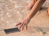 Τι μπορεί να πάθει και πως να προστατέψετε το κινητό σας από ήλιο και υγρασία στην παραλία