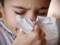 """Πόσο μακριά """"εκτοξεύονται"""" τα μικρόβια όταν φτερνίζεται ή βήχει κάποιος;"""