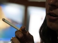 Η μόδα του τσιγάρου στους εφήβους ξεπερνιέται αλλά όχι στα κορίτσια...