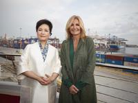 Η Μαρέβα με παλτό από τη Σαγκάη και η «παιώνια νεράιδα» της Κίνας- ΒΙΝΤΕΟ