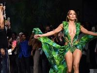 """""""""""Καυτή"""" η Λόπεζ στο Μιλάνο με το θρυλικό Versace dress του 2000"""