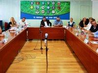 Διοικητικό Συμβούλιο της Super League 2 με φόντο τα τηλεοπτικά