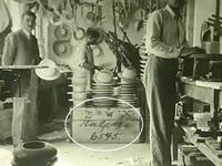 Πάτρα: Σπάνια φωτογραφία του 1931 από πιλοποιείο-Τότε που οι Πατρινοί και οι Πατρινές έφτιαχναν περίτεχνα καπέλα