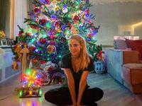Η Δούκισσα Νομικού στόλισε και ποζάρει στο χριστουγεννιάτικο δέντρο!