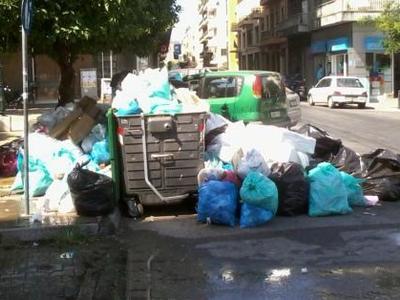 """Πάτρα: Τα σκουπίδια συνεχίζουν να κάνουν """"πάρτι"""" στις γειτονιές της πόλης"""