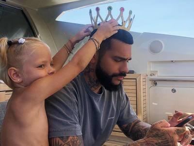 Τετράχρονη πετά το κινητό του πατέρα της στην θάλασσα επειδή δεν της δίνει σημασία