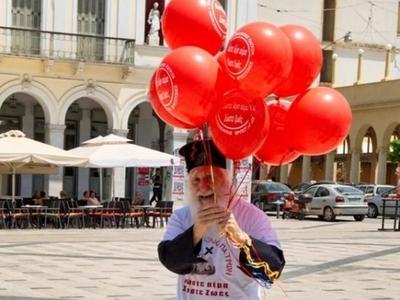 Σε κρίσιμη κατάσταση ο ιερέας με τα μπαλόνια που αγάπησε η Πάτρα