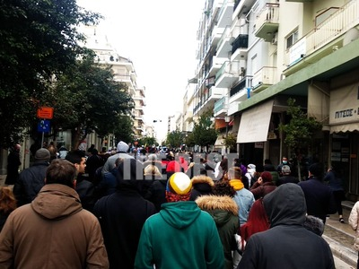 Πάτρα: Συλλαλητήριο ενάντια στα lockdown με εθνικό ύμνο και σημαίες στην πλατεία Γεωργίου