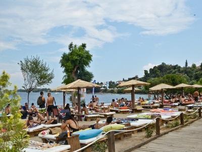 Azur: Με πολύ περισσότερες ξαπλώστρες ευχαριστεί τον κόσμο και τα σαββατοκύριακα