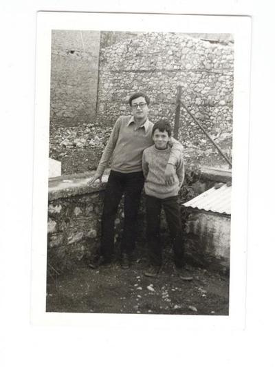 Ο Γιώργος Μάρκου και ο Δημήτρης Κατσικόπουλος το Νοέμβριο του '71 στην αυλή του σπιτιού της οικογένειας Μάρκου στα Καλάβρυτα