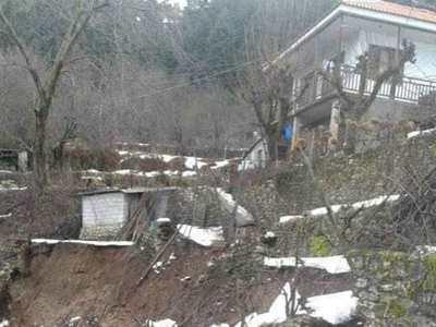 Κατολίσθηση απειλεί να καταπιεί σπίτι στην Αράχωβα Ναυπακτίας - Το εγκατάλειψε ο ιδιοκτήτης του...