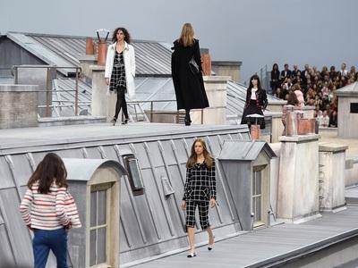 Η Chanel στη Στέγη: Το  Παρίσι από ψηλά στο ντεφιλέ με τα νεανικά μίνι