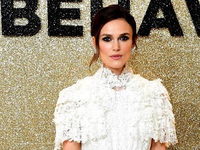 BeautySpy: Η Κίρα Νάιτλι ανέδειξε τη λευκή guipure δαντέλα, με «νυφική» δημιουργία Chanel