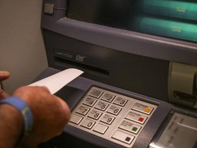 Υποχρεωτικά σε τραπεζικό λογαριασμό oι α...