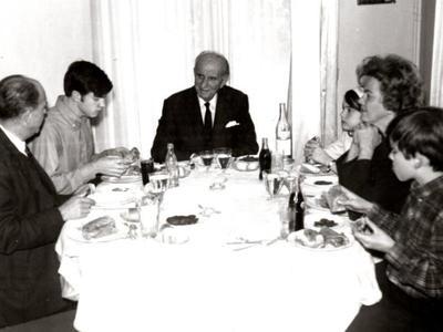 Η σπάνια οικογενειακή γιορτινή φωτογραφία των Παπανδρέου με… σουβλάκια