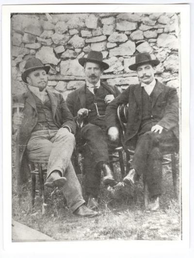 Ο παππούς Δημήτρης Κατσικόπουλος (στο κέντρο). Δεξιά ο αδελφός του Κωνσταντίνος που ήταν γιατρός