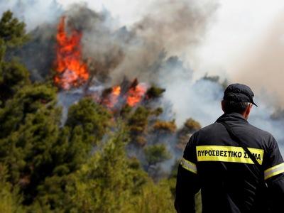 Μεγάλη φωτιά στην Κυρά - Βρύση Κορίνθου - Απειλούνται σπίτια