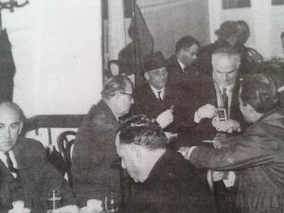 """Στο ανδροκρατούμενο """"Μπουγιούκντερέ"""" της Γούναρη με τα μαρμάρινα τραπέζια και dress code: κοστούμι, γραβάτα και καπέλο"""