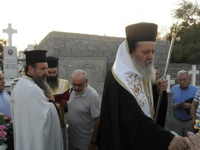 O Eπίσκοπος Χρύσανθος στο ναό Μεταμόρφωσης του Σωτήρος στο κοιμητήριο Μπεγουλακίου