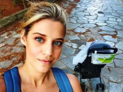 Τζένη Θεωνά και Δήμος Αναστασιάδης με το παιδάκι τους στην Κουρούτα- ΦΩΤΟ