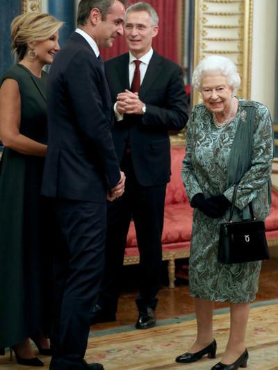 Η βασίλισσα Ελισάβετ, ο Κυριάκος Μητσοτάκης, η Μαρέβα Μητσοτάκη και ο γγ του ΝΑΤΟ Γενς Στόλτενμπεργκ
