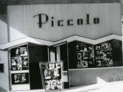 Piccolo. Ο κινηματογράφος άνοιξε στις 20 Νοεμβρίου 1971, στο ισόγειο πολυκατοικίας στη συμβολή των οδών Καρόλου & Ρήγα Φεραίου