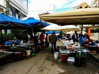 Στο τέλος της λαϊκής αγοράς της Πάτρας - Κουτιά, εντόσθια κι άλλα πολλά σε δρόμους, πεζοδρόμια κι εισόδους πολυκατοικιών-ΦΩΤΟ