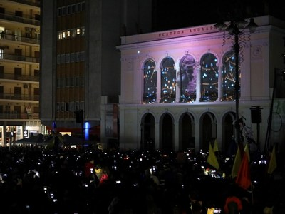 """Οι χιλιάδες πατρινοί στην πλατεία Γεωργίου για την έναρξη του Καρναβαλιού και η """"μεταμόρφωση"""" του Απόλλωνα"""
