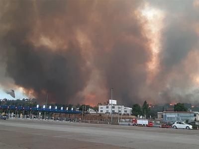 Φωτιά-Αττική: Η πυρκαγιά απειλεί να διασ...