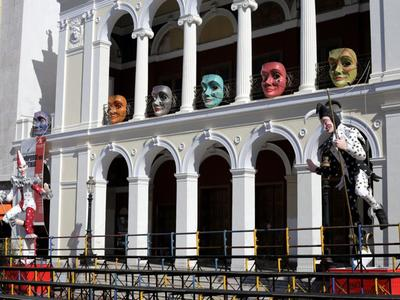 """Οι """"κρυμμένοι"""" μπάστακες και η ξεχωριστή καρναβαλική διακόσμηση κτιρίων στο κέντρο της πόλης"""