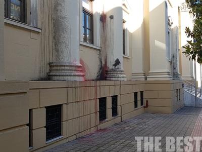 Πέταξαν μολότοφ με χρώμα στο δικαστικό μέγαρο της Πάτρας - ΦΩΤΟ
