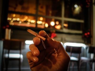 Βγαίνουν έξω για τσιγάρο και «ξεχνούν» να πληρώσουν -  BINTEO