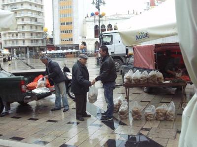 Πάτρα: Μοίρασαν πατάτες στην πλατεία Γεωργίου αγρότες της Δυτικής Αχαΐας - Δείτε φωτό