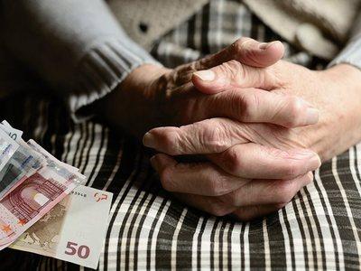 Προπληρώνονται οι συντάξεις του Ιανουαρίου για να κάνουν γιορτές οι συνταξιούχοι