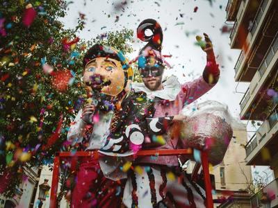 """""""Όλη η Πάτρα χορεύει"""" από σήμερα! Σε καρναβαλικούς ρυθμούς η πόλη- Πολύχρωμη πομπή στο κέντρο- ΦΩΤΟ & ΒΙΝΤΕΟ"""