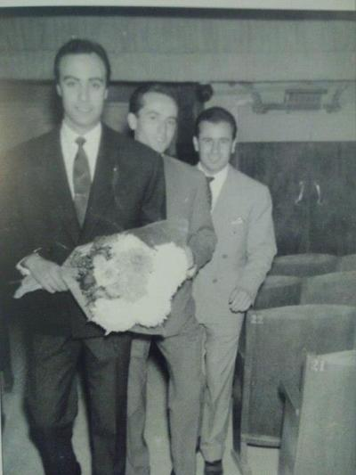 Στο ΙΝΤΕΑΛ στα 1959, ο Ανδρέας Μπάρκουλης στην προβολή της ταινίας. Μαζί του είχε έρθει και ο Θανάσης Βέγγος ο οποίος είχε έναν πολύ μικρό ρόλο στον ταινία. Ουρές από γυναίκες για να δουν τον γόη της εποχής