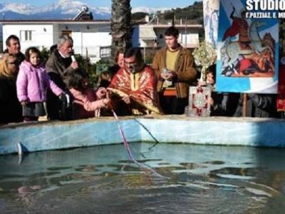 Στο Ναύπλιο, έριξαν τον Σταυρό σε συντριβάνι - ΒΙΝΤΕΟ