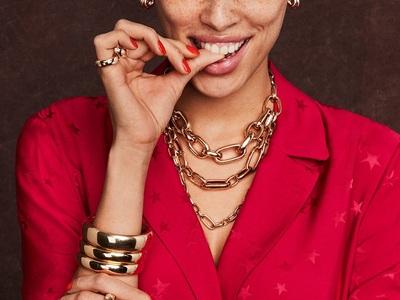 Super jewellery street style trend! Πουθενά χωρίς την καδένα μου