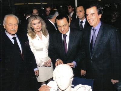 Ο Ανδρέας Ζαίμης (Πρόεδρος φίλων της βιβλιοθήκης Αλεξάνδρειας), η Μαριάννα Βαρδινογιάννη, ο Χόσνι Μουμπάρακ κατά την τελετή εγκαινίων της βιβλιοθήκης το 2002