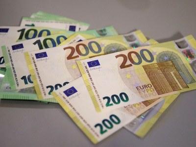 Από τις 28 Μαΐου τα νέα χαρτονομίσματα 100 και 200 ευρώ