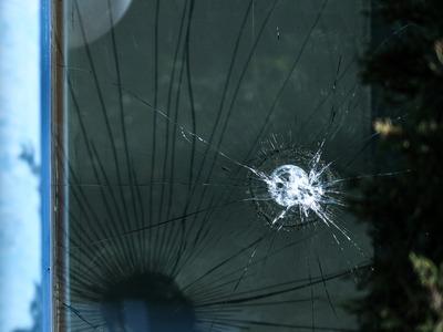 Πάτρα: Το μηχανάκι κατέληξε στη βιτρίνα καταστήματος