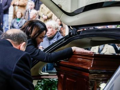 Συντετριμμένη η Κατερίνα Παναγοπούλου στην κηδεία του συζύγου της- ΦΩΤΟ