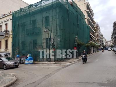 Σκαλωσιές καταργούν χρόνια τώρα, το κεντρικότερο πεζοδρόμιο της Πάτρας